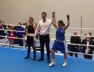 Zehra Milli sträcker armarna i luften efter segern.