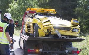 Taket på den bil som de två männen färdades i trycktes in rejält när den voltade i diket. Foto: Daniel Patiño Flor