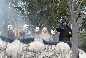 Scenen där djävulen klev fram, som enligt Hårgalegenden fick ungdomarna att dansa till det bara blev benknotor kvar, fick publiken att skratta.