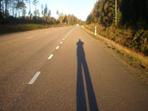 Tidigt på morgonen efter 66:an, Ramnäs stod solen lågt och bildade lång skugga. Fotografen kände sig förföljd.