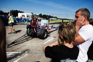 Håll för öronen! Motorerna skrek ordentligt när Jamtland Dragracing Open avgjordes på Optands flygfält i helgen. Foto: Lars-Eje Lyrefelt