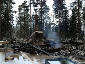 Ett bostadshus brann ner till grunden i Hoverberg natten mellan söndag och måndag.