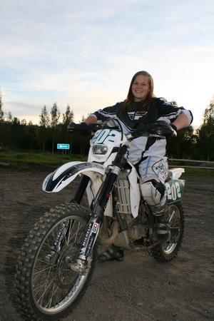 16-åriga Carolina Lindgren siktar på att bli en av de tre bästa enduroförarna i Sverige.