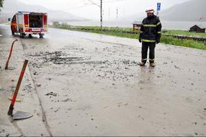 Räddningsmännen väntar på grävare och maskiner för att kunna stoppa vattenmassorna. Så här ser det ut vid Draklanda.
