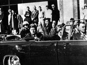 Sista bilden på president John F Kennedy som färdades i en bilkortege i Dallas, Texas, i dag för exakt 50 år sedan. Momentet senare föll han offer för en lönnmördares kulor.