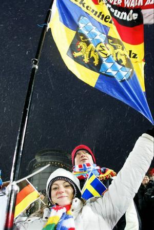 Sabrina Frölich från Neuburg am Rhein i sydvästra Tyskland hade sällskap till Sverige och vänner i Slandrom av Markus Lehwald bakom henne. Hon höll ut regionflaggan för Rheinland Pfalz och ovanför den skymtar en del av flaggan för fotbollsklubben AFC Kaiserslautern.