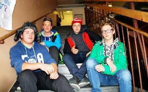 Eddie Stockhaus, 16, före detta elev vid skolan, och eleverna Nils Pettersson, 15, Dennis Eriksson, 15, och Erik Danielsson, 15, tycker att Älvdalsskolan behöver rustas upp. Foto: Selma Wolofsky/DT