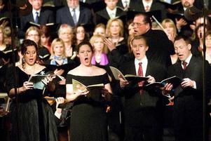 I soloroller. Frogner Kockum, Carolina Bengtsdotter-Ljung. Torbjörn Cervin och Daniel Viklund var de fyra solisterna i Mozarts rekviem i den fullsatta Stora Tuna kyrka på lördagskvällen. Dirigenten (som vänder sig om på bilden) var Marcus Moszny som debuterade med den äran.