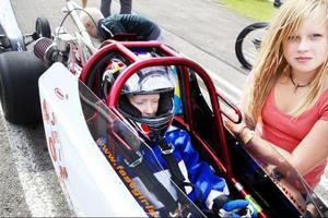 Amanda Sjöström Andersson, i bilen, är en van dragracingförare trots sin unga ålder. Till den här säsongen har hon en fått en ny bil från USA.