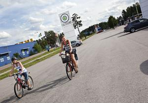 Hanna och Agneta Svens cyklade till Onoff för att reklamera Hannas mobiltelefon. De hämtade den från service i fredags, men det visade sig att den ändå inte fungerade, så det var bara att cykla tillbaks.