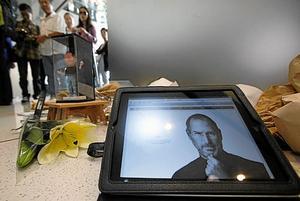 Utmanare. Steve Jobs kreativitet innebär en utmaning för papperstidningarna. Arkivbild: Kin Cheung/Scanpix-AP