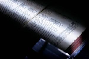 En bok scannas in av Google, som digitaliserar miljontals böcker för ett bibliotek online. Nu har nätjätten återigen dragit på sig kritik på grund av sitt användande av litteratur till artificiell intelligens.