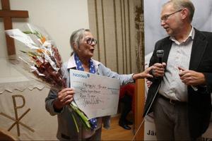 Rosa Taikon är Länstidningens kulturpristagare 2010. Här har hon fått priset och checken av Lennart Mattsson.