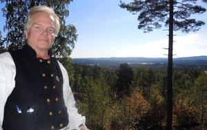Utsikt över sju socknar har Per-Ola Björklund från sin gård Jämtbogården som ligger vackert belägen på Dössbergets sluttning.