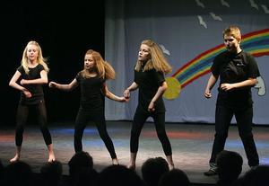 Ungdomsgruppen Extreme visar prov på discodans.