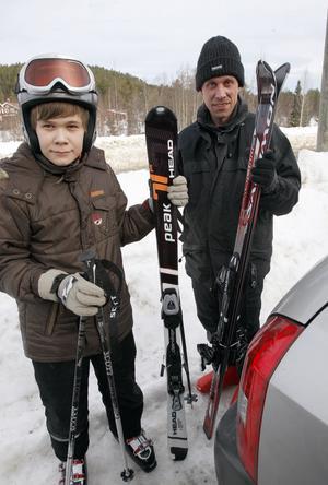 09:52 Jonathan, 15 år, och Stefan Hansson valde att tillbringa onsdagsförmiddagen i Järvsöbacken. De bor i Bollnäs men pappa Stefan berättar att de tycker att det är trevligare att åka skidor i Järvsö. Storebror var också med men han skyndade sig iväg till backen så fort de parkerat bilen. Jonathan brukar spela datorspel under lovet också.