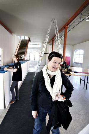 Som teaterproducent ska Anna Thelin se till att allt praktiskt funkar inför och under biennalen. Logistiken kräver noggrann planering.