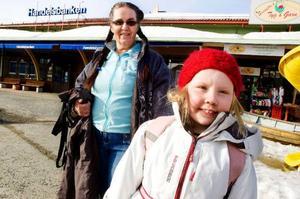 """Kristina Berging och hennes """"momma"""" Lena Rydström från Svenstavik tycker att det är positivt att ställa fram klockan en timme på våren. Särskilt trötta av tidsomställningen säger de sig inte bli.– Det är skönt när det är ljust längre, då kan man vara ute längre på kvällarna, säger Kristina."""