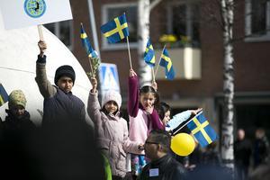 Flaggor och ballonger delades ut till de som besökte mötet.