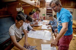Styrman Jakob Naredi visar hur ett sjökort fungerar.