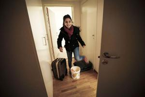 Roa är 13 år och studsar in i det nya hemmet. Det är många nya intryck för henne. Hon började skolan samma vecka som flytten. Foto: Susanne Kvarnlöf