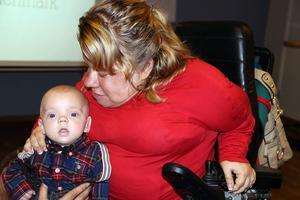 Veronica Hedenmark med sonen William. Hon anmäler nu Norrlands universitetssjukhus i Umeå för diskriminering.