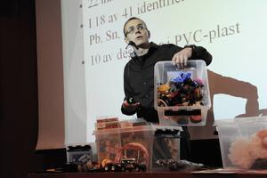 Tomas Östberg hade med sig lådor med leksaker som han testat med en XRF-skanner, en apparat som mäter innehållet av giftiga ämnen direkt.
