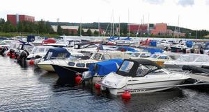 En samling fritidsbåtar vid Väsmans strand i Ludvika. Foto:Gunne Ramberg