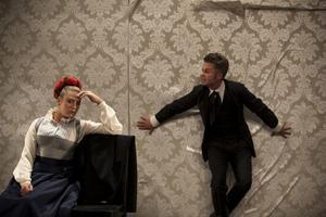 Jennie Silfverhjelm och Jens Ohlin spelar de äkta makarna Tekla och Adolf i August Stringbergs pjäs Fordringsägare. Foto: Mats Bäcker
