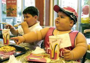 """""""Barnen uppfostras med en kost som innehåller så mycket socker som måste förbrännas. Socker finns i nästan alla de livsmedel vi proppar i ungarna; ketchup, läsk, lösgodis, kakor med mera. Det ger svängande insulinkurvor och när blodsockret sjunker blir man orolig"""", skriver Nisse Simonsson."""