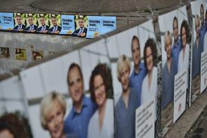 Det handlar faktiskt just nu om att lyfta blicken och kämpa för demokratins överlevnad snarare än ett visst partis, skriver Andreas Holmberg.