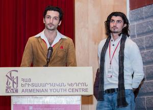 Emil och Gabriel tar emot ett filmpris för en av sina filmer vid festivalen i Toronto.