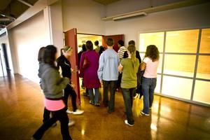 Det var en grupp besvikna och arga elever och föräldrar som under gårdagen möttes i de de lokaler där gymnasieskolan skulle ha hållit till.