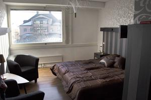 Hotellrummet är klart, så när som på de roströda gardinerna som ska hängas upp.