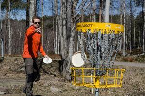 Thomas Johansson sätter putten i korgen. Kedjorna är till för att fånga discen så den inte studsar ur eller flyger igenom.