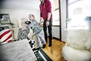 I lördags tog Milo sina första steg efter olyckan. Nu stapplar han försiktigt fram till soffan när det vankas tv-spel.