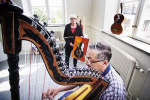 Karin Magnusson och Adrian Miranda är två av tre personer som ställer ut i Kulturcentrum, Hölö kyrkskola i helgen.