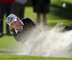 Cooper i bunkern. Golf är hans passion.