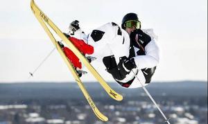En elev från Vinterakrobatikprogrammet hoppar i Gustavsbergsbacken.