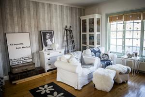 Allrummet uppe har möblerats med möblerna som tidigare stod i vardagsrummet på nedervåningen.