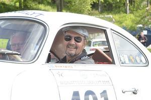 För Torgny Arvidsson och Per-Arne Svenssonfrån Nora  i en Porsche 356 har det gått bra så här långt, frånsett lite missljud i trabnsmissionen berättar Torgny.