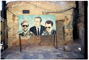 Familjen al-Assad: Basil, Hafez och Bashar, på en målning fotograferad av Eric Ericsson. Han och Susanna Wallstén har pratat med många syrier om dagens situation.