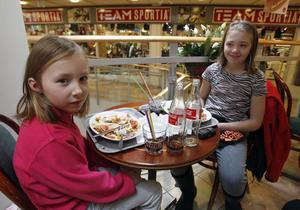 11:37 Även fast man har lov så måste man äta lunch. Kompisarna Lina Jonsson, 8 år från Vålsjö, och Thea Brolin Gartsbo, 10 år, åt lunch på Finess tillsammans med Linas farmor och farfar. Efteråt skulle de passa på att handla litegrann. Tjejerna tycker om att leka med sina kompisar när de är lediga på lovet.