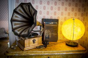 Trattgrammofonen är ett loppisfynd.