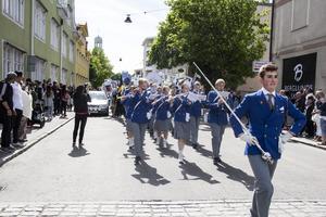 Bollnäs ungdomsorkester har täten i studenttåget som går genom stan.