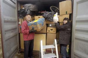 Arne Davidsson och Elisabeth Stenberg lastade under torsdagen in det sista i containern som ska till Sri Lanka.