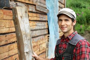 Erik Öberg har timmer och byggnadsvård som specialitet.