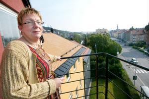 Det sista steget ut på den högsta balkongen känns osäkert, men väl där öppnar sig en storslagen vy över Sundsvall. Eva Mårtensson och hennes personal och studenter tar sitt nya hus i besittning.