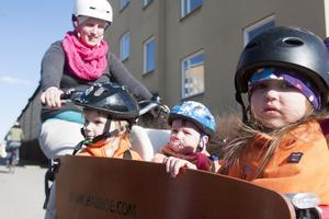 Cyklar. Pim, Aulis och Bonnie trivs i lådcykeln som mamma Matilda Nikula trampar.