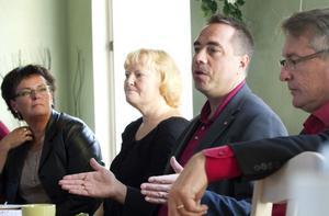 """STRIDER MOT AVTALET. Hofors har avtal att ta emot 23 ungdomar med uppehållstillstånd och sju asylsökande. Verkligheten är att Hofors tagit emot 19 utan uppehållstillstånd. """"Vi känner oss lurade av Migrationsverket"""", förklarar kommunalrådet Marie-Louise Dangardt för riksdagsledamöterna. Här ses Raimo Pärssinen och Christer Engelhard, till höger och socialtjänstens handläggare Birgitta Pauls till vänster."""
